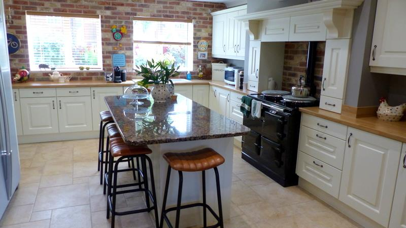 'ROSES' LUXURY FITTED KITCHEN